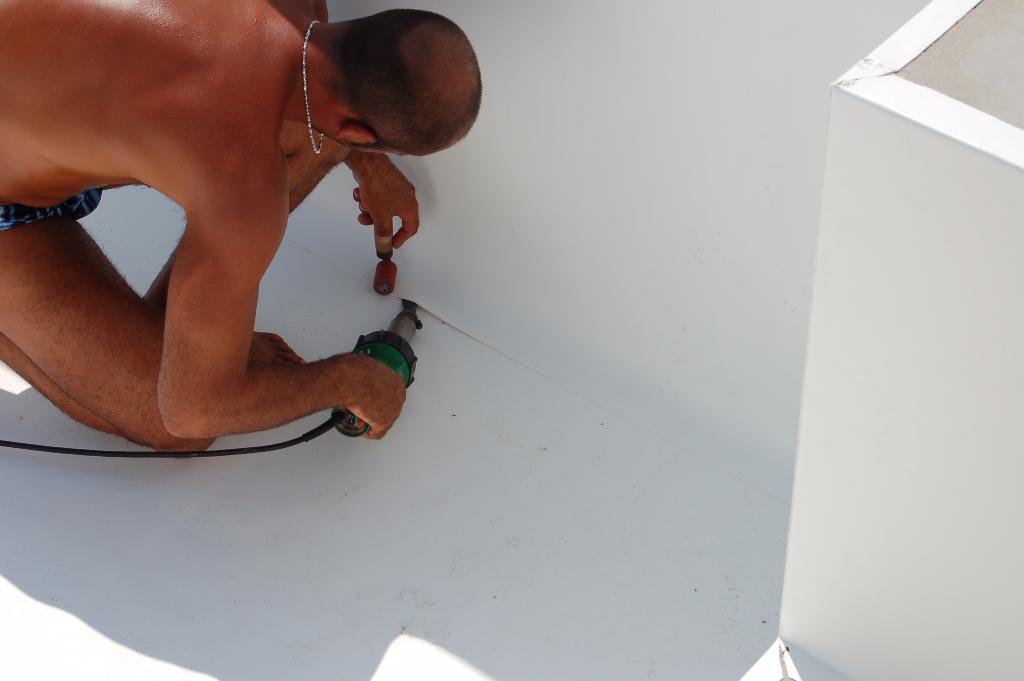 lavorazione e formatura del telo impermeabile del fondo piscina