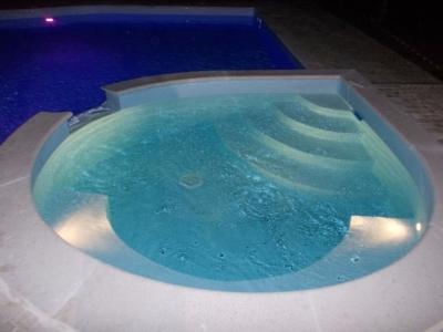 idromassaggio collegato alla piscina interrata principale per creare angolo relax