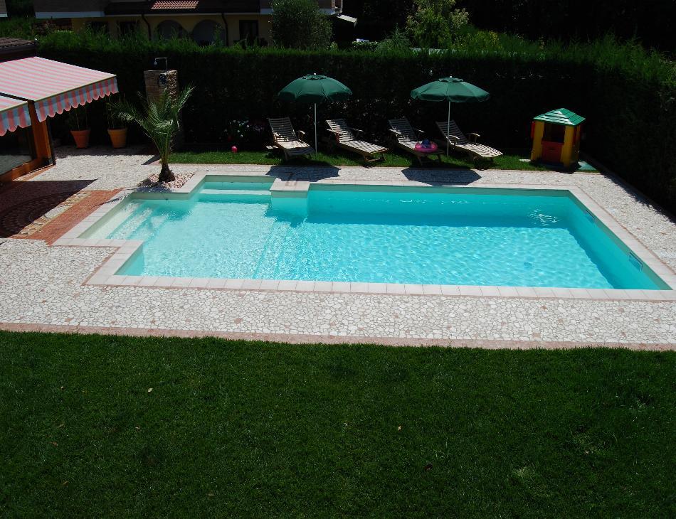 vista dall'alto della piscina nell'azzurro dell'acqua