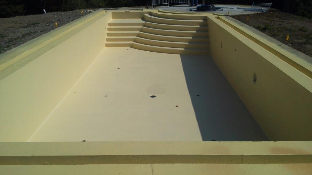 fondo piscina terminato in attesa del riempimento con acqua