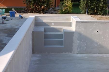 particolare della scalinata di ingresso piscina in cemento