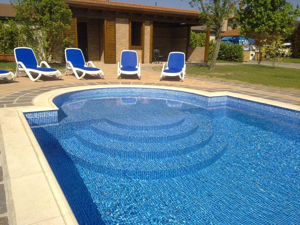 scalinata di ingresso il piscina con mosaico blu e azzurro